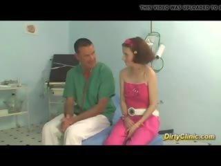 Jong rondborstig tiener gets geneukt door haar dokter: gratis porno 71