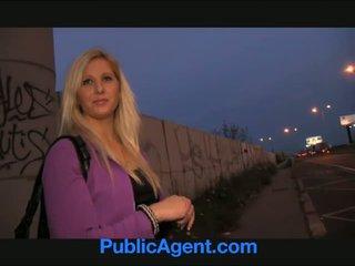 Publicagent curvy si rambut perang accepts seks untuk wang tawaran di bas berhenti