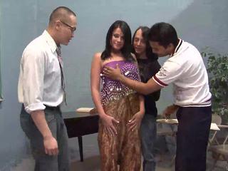 Kolm õnnelik guys licking üks ilus india abielunaine