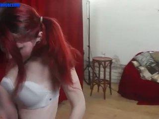 Tiener cutie dances en gets wild op een groot piemel