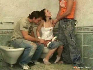 Trīs daži iekšā the washroom