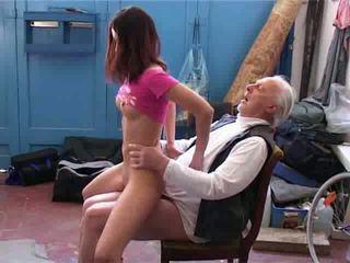 Stary człowiek chcieć do naprawa mój rower wideo