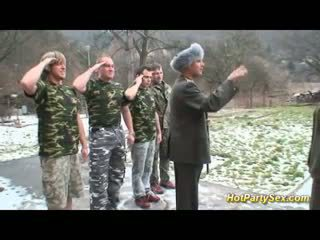 Militair dame gets soldiers sperma