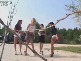 Piss 4 tüdrukud sisse a kusemine võistlus