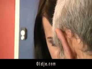 Leda practices sexuell exercises mit oldje