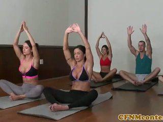Yoga turned stāšanās a jāšanās session