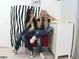 Tieners licking en vingeren hun asses