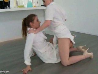 Two seksuālā meitenes fighting un izgatavošana mīlestība