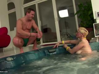 Ugly äldre slampa momen drinks pee och gets anala: fria porr 11