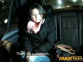 Amateur banged en la asiento trasero de un taxi