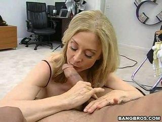 Sensuous momma nina hartley sits onto të saj heated muff pie onto një sausage si një dissolute lopare