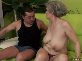 Rondborstig grootmoeder enjoys gemeen seks