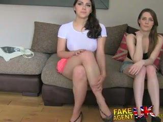 Fakeagentuk two vajzat i lumtur në qij atë për një porno punë lezzing lart dhe anale