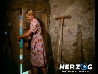 Seksuālā bavarian blondīne getting banged uz the barn