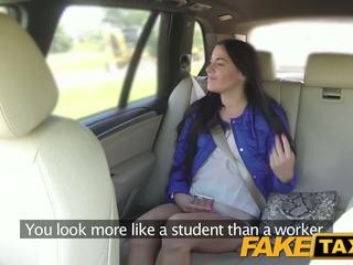 Fake taxi বার ভদ্রমহিলা sucks এবং fucks বিশাল বাইকের আসন