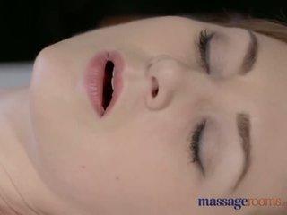 Massage rooms magnifique pâle skinned mère squirts pour la très première temps - porno vidéo 901
