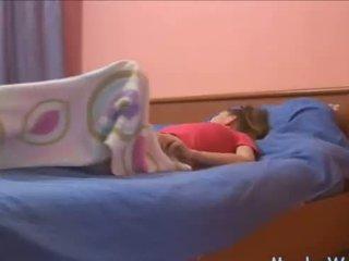 Sleepy adolescenta rubbing ei clitoris