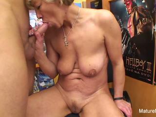 Σέξι ξανθός/ιά ώριμος/η fucks αυτόν σε ο βίντεο κατάστημα: hd πορνό e4