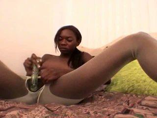 Tempting ado noir copine en blanc nylons aisha anderson rubbing chatte avec une verre gode