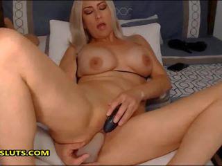 Seksuālā mammīte jāšanās viņai krāšņa vāvere ar viņai spēļmantas