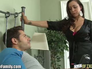Slutty māte uz likums gets an pakaļu pounding