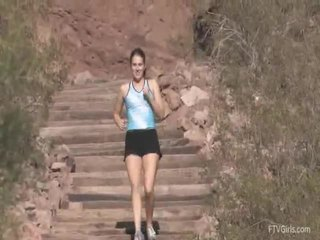 Emilie goes untuk itu jog dan stretcthis persons