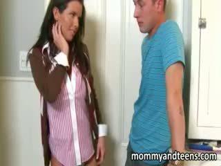 Tiener hottie watches haar stiefmoeder neuken