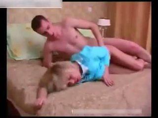 Seksuālā pieauguša wakes augšup a guļošas jauns guy uz the guļamistaba