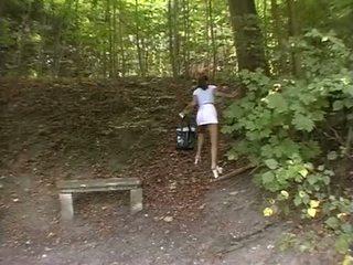 Baben tvingat i den park