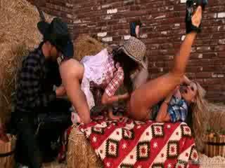 সেক্সি cowgirls চান একটি রোল মধ্যে ঐ hay সঙ্গে একটি cowboy