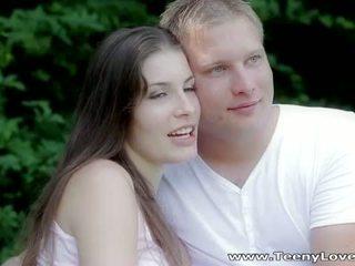 Teeny lovers: romantic souložit v the lesní