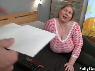 Reusachtig vet seduces hunky masseur