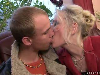 Perempuan tua hubungan intim dengan dia muda boyfriend