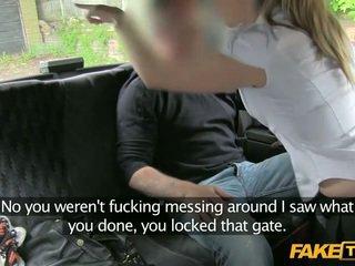 No nodoklis policija sieviete enters a fake taxi