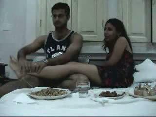 印度人 newly 已婚 一對 enjoying 他們的 honeymoon 部分 2