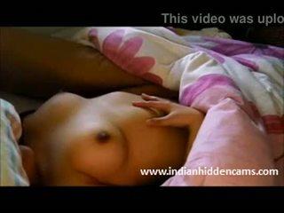 هندي كلية فتاة exposing لها طبيعي الثدي في حار جنسي الملابس الداخلية