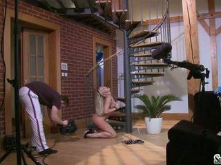 Sylvia saint sitting op de vloer fondleing haar clitoris