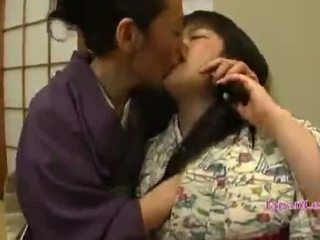 Asia remaja di kimono gets dia tetek licked