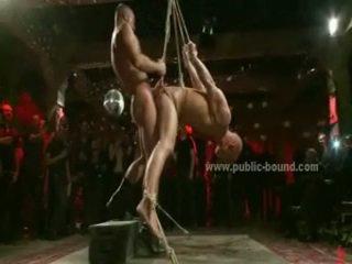 Immoral homosexuální hunk v leish a tied v kůže gets spanked v brutální skupina pohlaví
