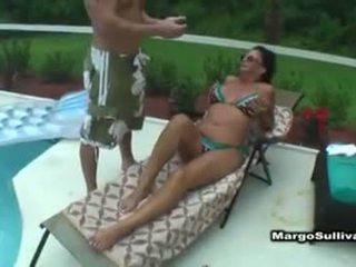 Margo sullivan bij zwembad