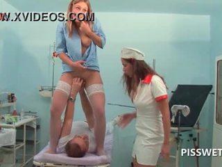 Lusty gynecologist হাতের ব্যাবহার এবং licking তার patients পাছা