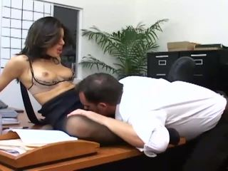 Birojs sekss ar a krūtainas sekretāre uz seksuālā hosiery