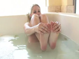 Alanna nydelig blond babe spiller med seg selv i den tub