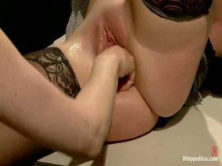 Porcas lesbie prisoner dominates, punishes e fist has sexo dela sexy lawyer!