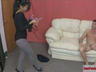 Karštas merginos dulkinimasis guys su strapons moters dominavimas pegging prisegamos kojinės analinis