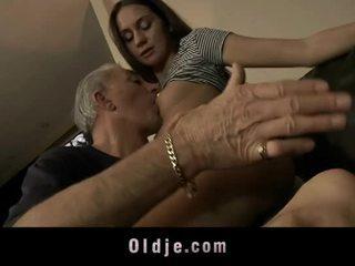 Velho homem é a foder cutie jovem cu