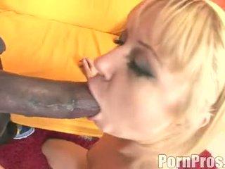 Vàng haired wench aaralyn barra receives cô ấy miệng ripped qua một con quái vật con gà trống