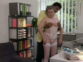 Vokiškas senelė gets padėti nuo juodas eržilas, porno 6e
