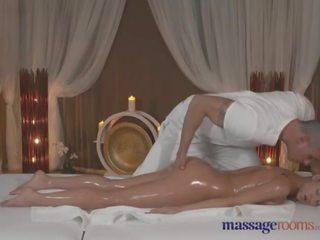 Massaggio rooms abbronzato beauty takes ogni inch di suo masseurs grasso cazzo