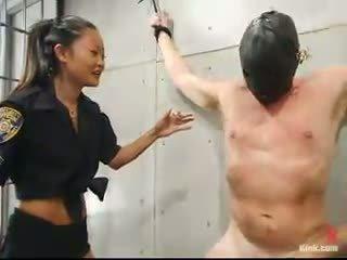Chinees en blondine dominate en strapon shag hem in babe dominantie voet fetisj